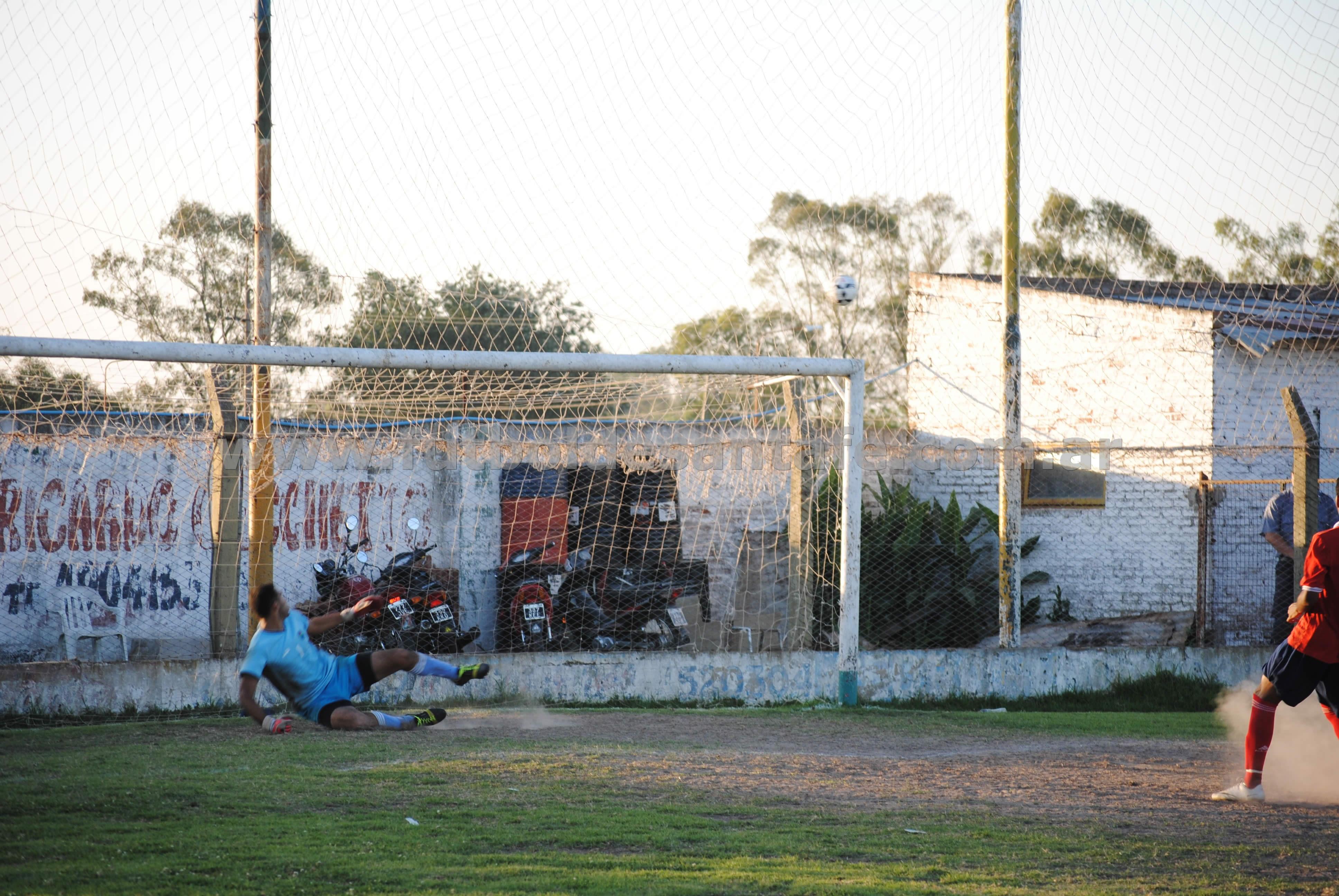 Echeverría marra su ejecución y El Cadi logra el ascenso. Foto: Milagros Mercado