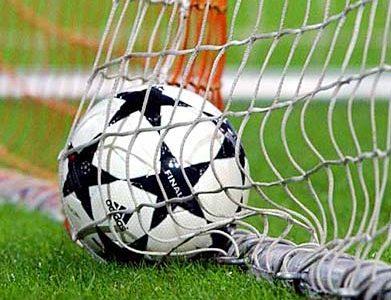 pelota de futbol en el arco