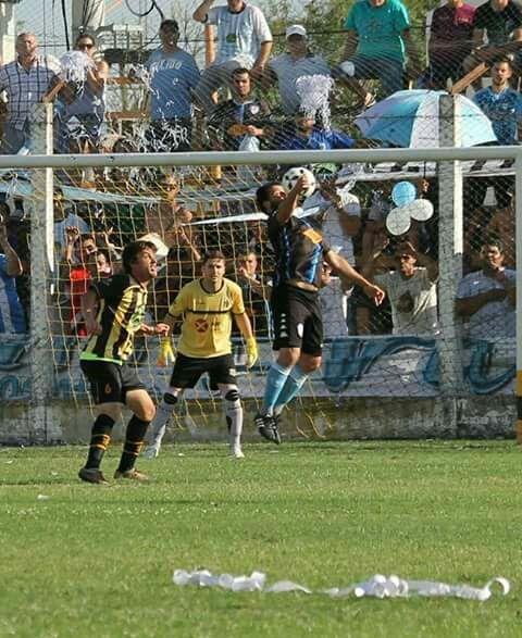 ¿Fue mano de Lovato?. Barra convalidó el gol, que fue polémico. Foto: gentileza Cristian Schauflerr