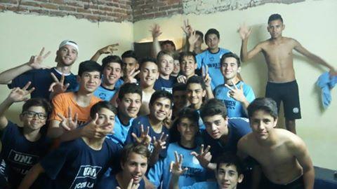 La 8va de Universidad festejó en el vestuario. Foto: Prensa U.N.L. Fútbol Amateur.
