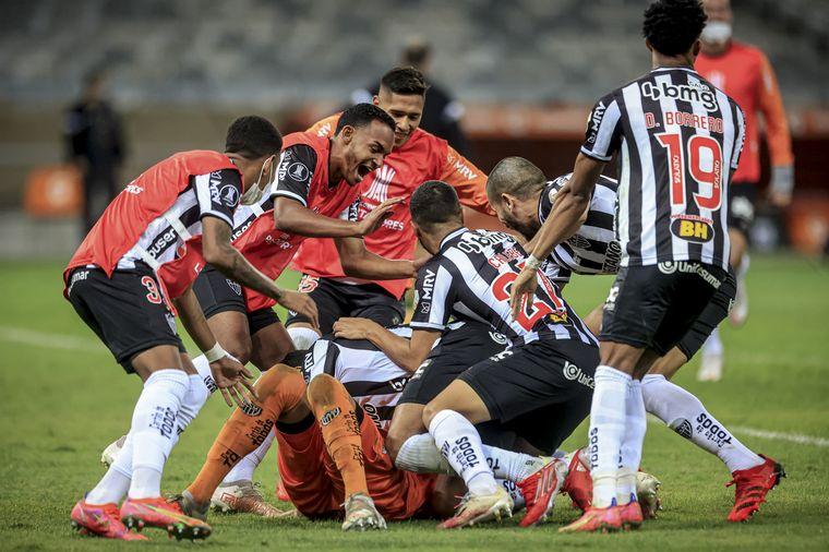 Mineiro eliminó a Boca por penales con polémica por el VAR